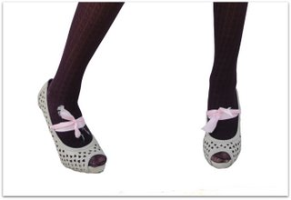 Dark colour tights and lighter shoes